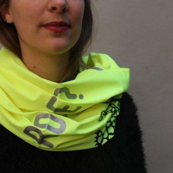 Une femme porte un tour de cou jaune