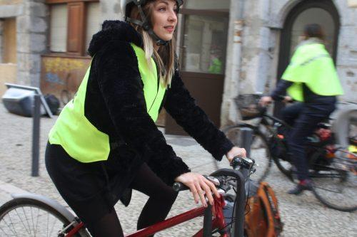 Vélo rouge avec un femme qui porte un gilet jaune VasiMimile