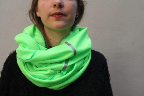 Une femme porte une foulard verte