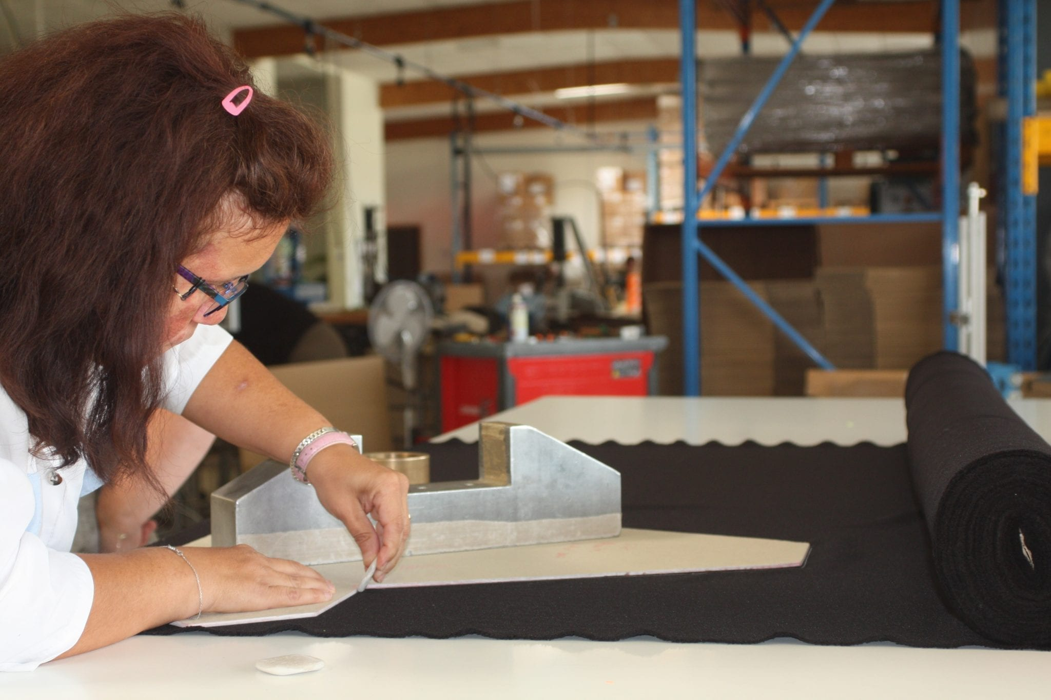 Une femme travaille dans un atelier avec du tissu