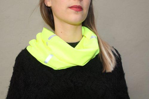 Une femme porte un foulard fluorescent
