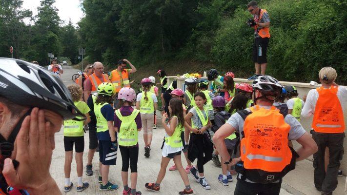 Un group d'étudiantes qui portent des gilets jaunes Vasimimile accompagnés par des adultes qui portent des gilets orange