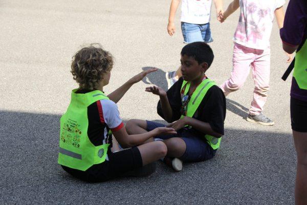 Deux enfants jouent en portant des gilets jaunes