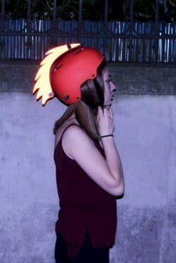 Une fille porte un casque avec un accessoire Vasimimile
