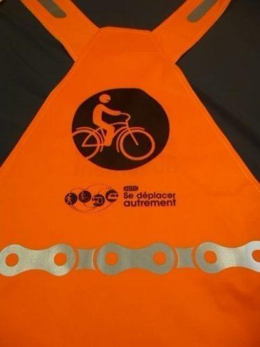Un gilet orange personnalisé pour l'association grenobloise ADTC
