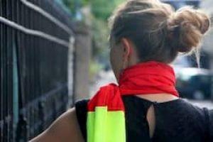Une femme porte un écharpe jaune et rouge